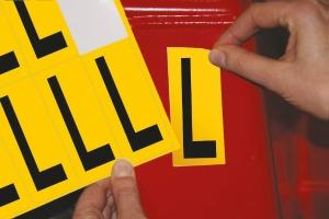 Lettre adhésive L - 75 mm - noir/jaune - carte de 10