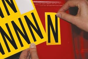 Lettre adhésive N - 75 mm - noir/jaune - carte de 10