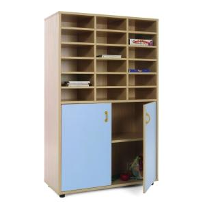 Móvel com divisões e armário com portas azuis