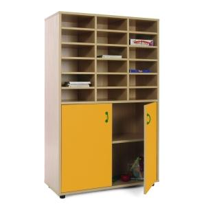 Móvel com divisões e armário com portas amarelas